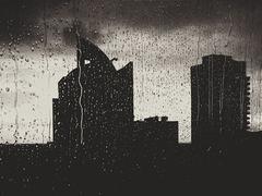 雨の日でも両手がフリーな傘